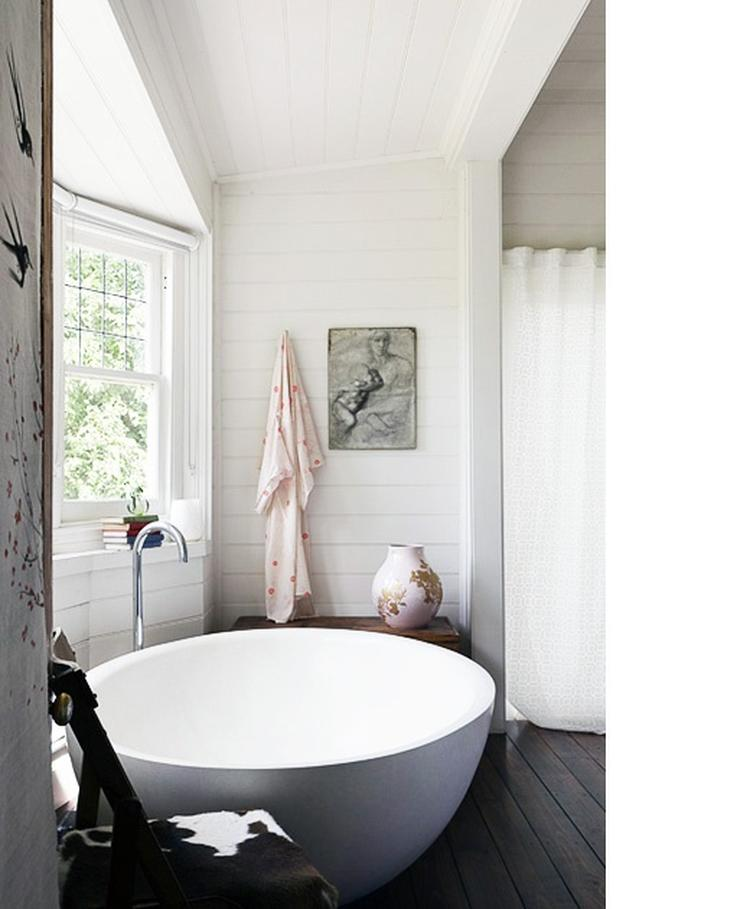 Modern bad in landelijke badkamer met houten vloer en wanden ...