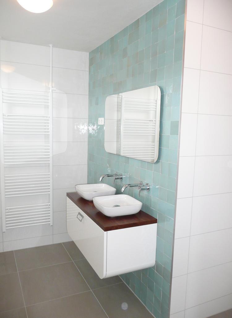 badkamer met zelliges tegels inbouwkranen handgemaakt notenhouten ...