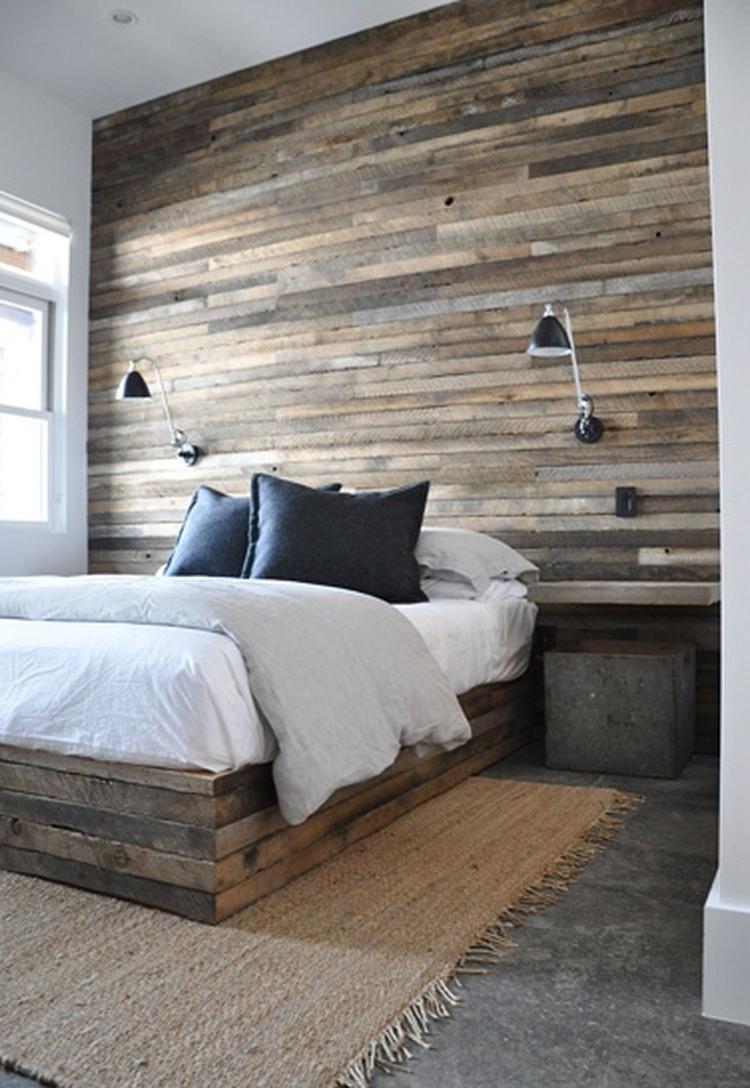 Slaapkamer met betonvloer met sisalkleed en houten achterwand en ...