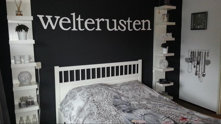 Pimp je slaapkamer! De witte plankenkasten links en rechts van het ...