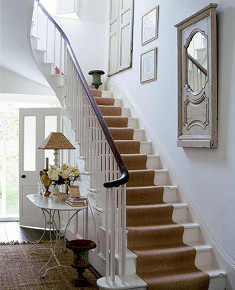 Beroemd witte geschilderde trap met beige loper. Foto geplaatst door Karl #TN37