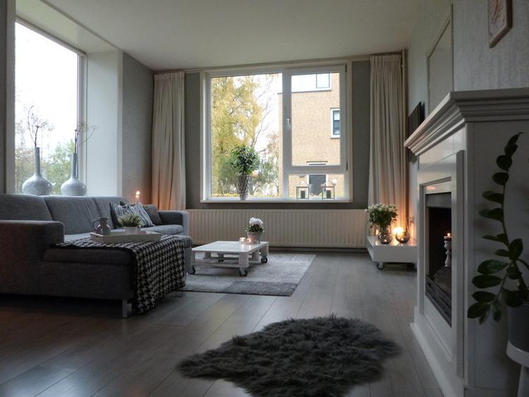 mooie basic en rustige woonkamer in grijze tinten. Foto geplaatst ...