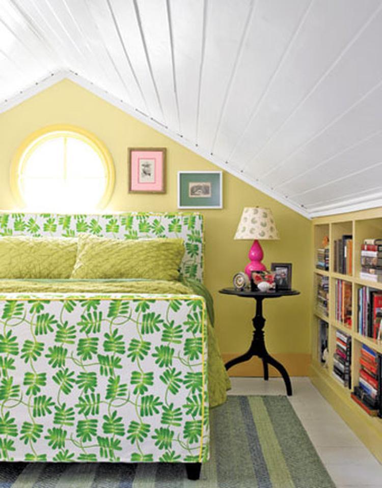 slaapkamer met schuin dak en boekenkast door gebruik te maken van de ruimte onder het