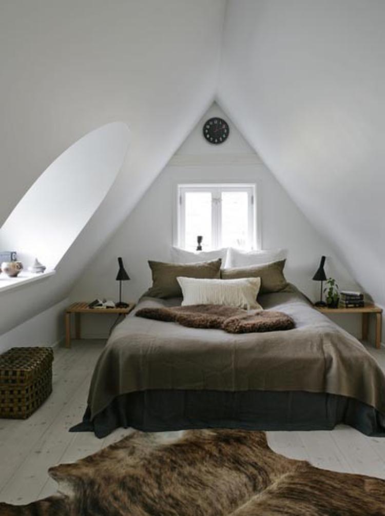 Slaapkamer in bruintinten onder een schuin dak. . Foto geplaatst ...