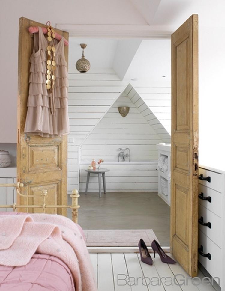 Lichte slaapkamer met dubbele deuren naar aangrenzende badkamer ...