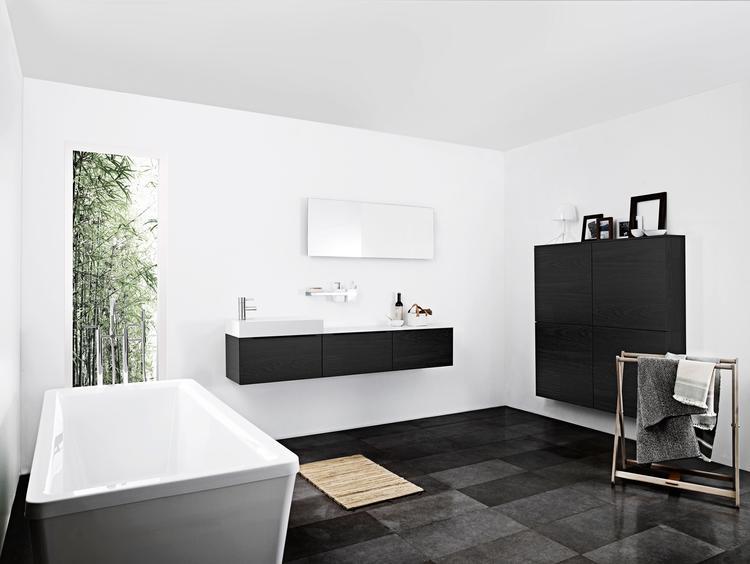 Kvik Sera badkamer met zwarte badkamerkasten. Badkamer Sera van Kvik ...
