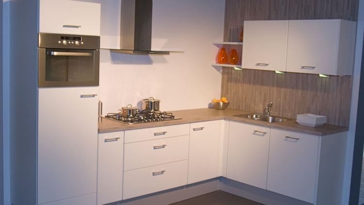 Moderne keuken van amero by alno met kunststof werkblad for Horeca keukens tweedehands
