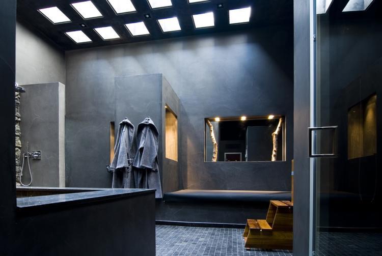 Badkamerwand afgewerkt met mineraal gesteente. De wandafwerking in ...