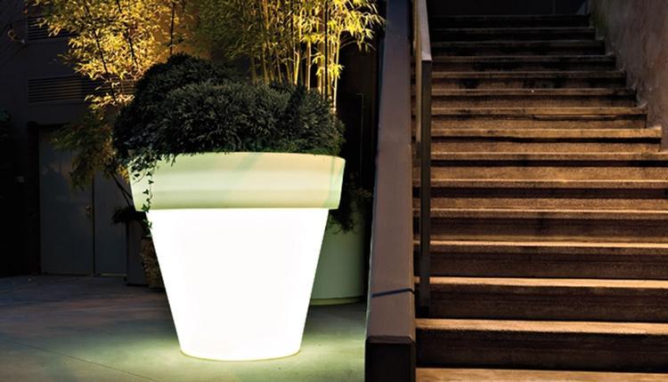 Mooi pot met verlichting. Staat mooi in een moderne tuin.. Foto ...