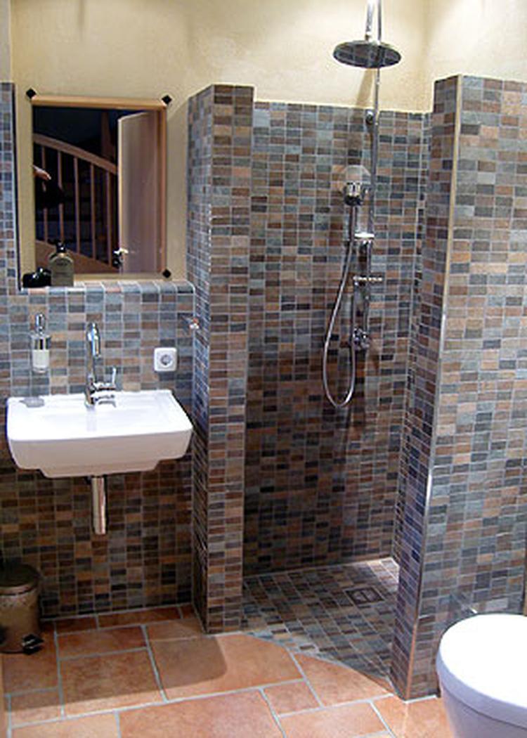 Zou hier toch een douchedeur doen, anders wordt je hele badkamer nat ...