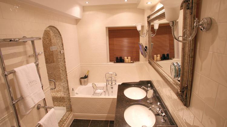 Een koninklijke badkamer zoals in Windsor Castle. In een jaren-30 ...