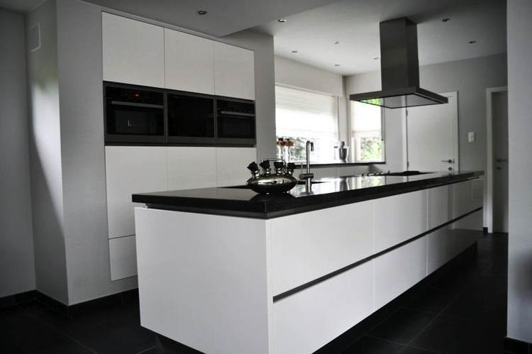 Zwart wit keuken greeploos. foto geplaatst door iluusie op welke.nl