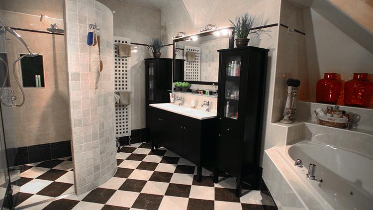 Mooi en functioneel. Deze luxe badkamer beschikt over een ...