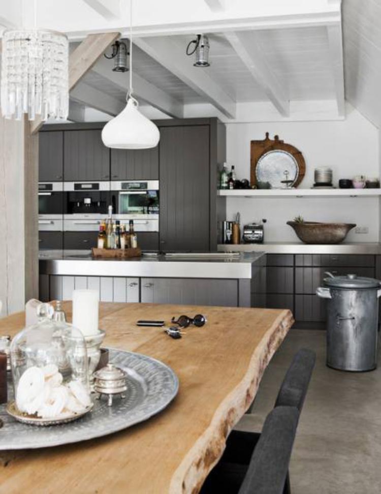 Grijze keuken met bijzondere eettafel. . foto geplaatst door ietje ...
