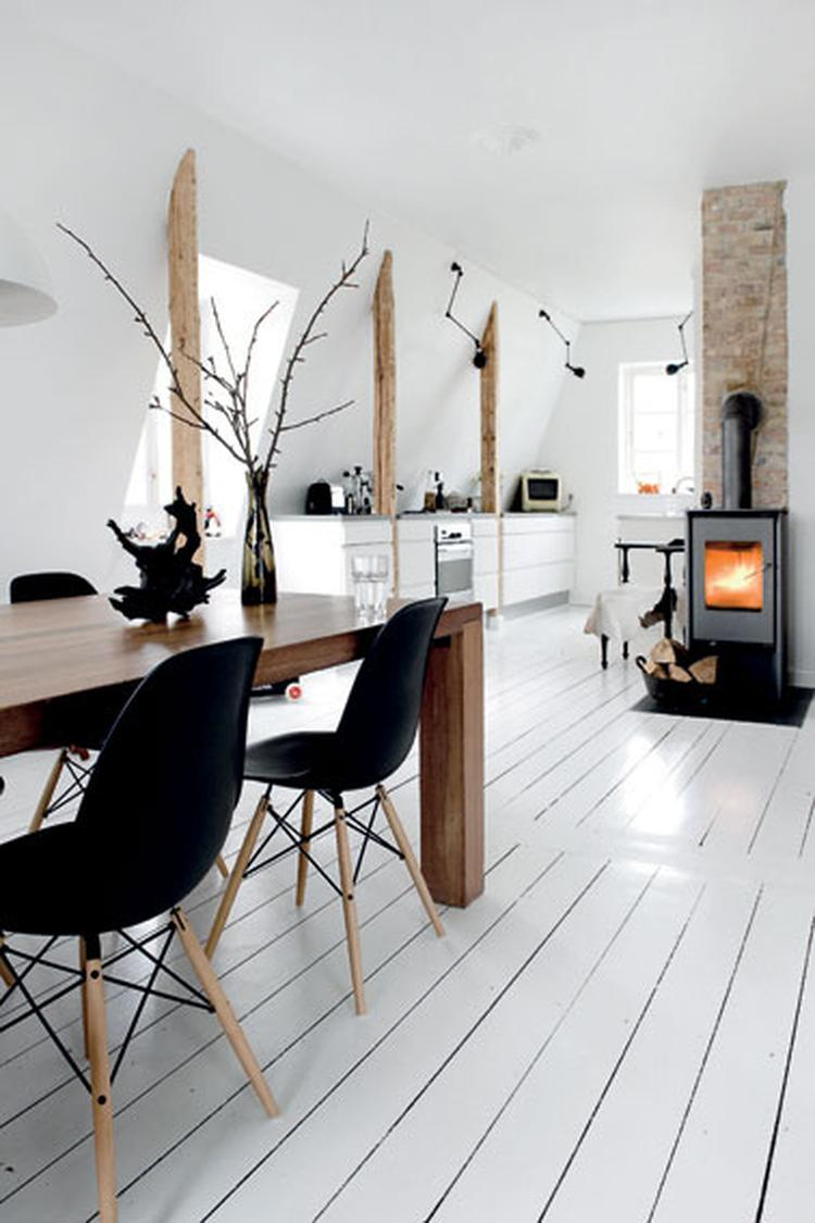 Eetkamer met witte houten vloer en houtkachel. . Foto geplaatst door ...