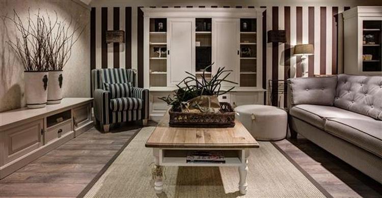 aardetinten in de woonkamer met stijgerhouten salontafel. Foto ...
