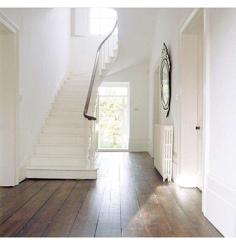 Witte houten keuken vloer - Gang met trap ...