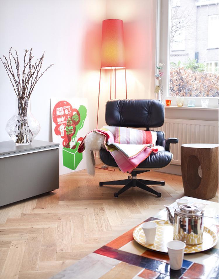 Mooie woonkamer met Eames chair en Slim Sophie lamp. . Foto ...