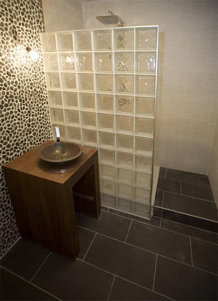 Nog een voorbeeld van een inloopdouche met glasblokken.. Foto ...