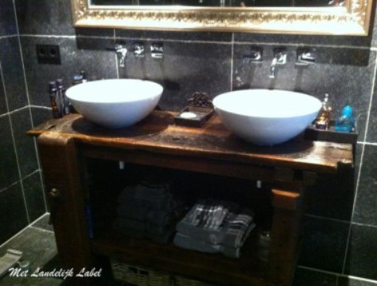 Badkamer Meubel Landelijk : Stoere en oude werkbank gebruikt als badkamermeubel geniaal! mooi