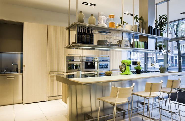 Verlichting Boven Aanrechtblad : Moderne keuken met rvs unit boven het werkblad boven het aanrecht