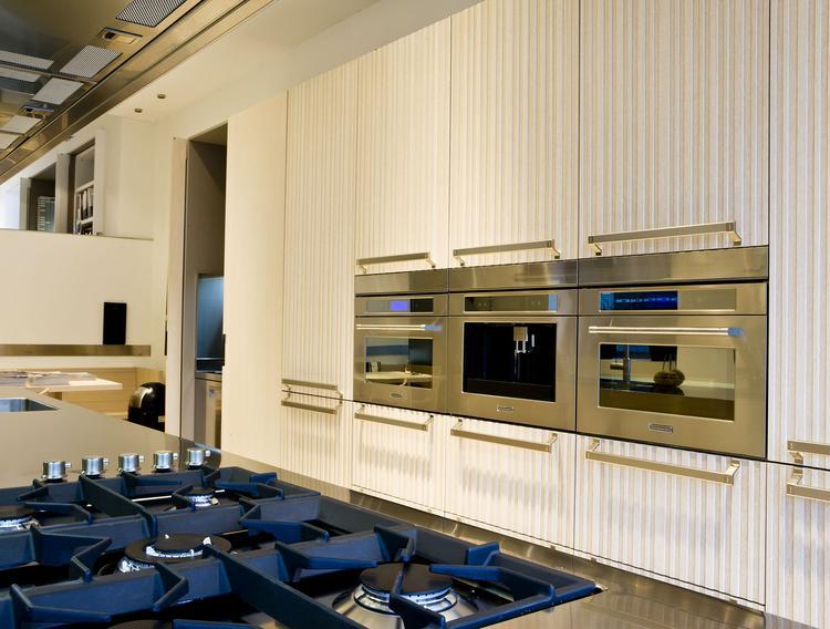Moderne keuken met kastenwand en kookeiland antonio citterio