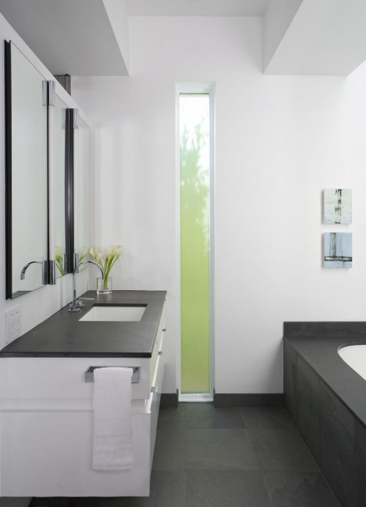 hoog en smal raam in de badkamer