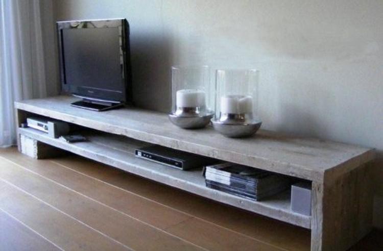 https://cdn3.welke.nl/cache/crop/750/auto/photo/64/20/4/laag-tv-meubel-voor-over-de-hele-lengte-van-de-woonkamer-met-kussen.1370091062-van-mbezemer.jpeg
