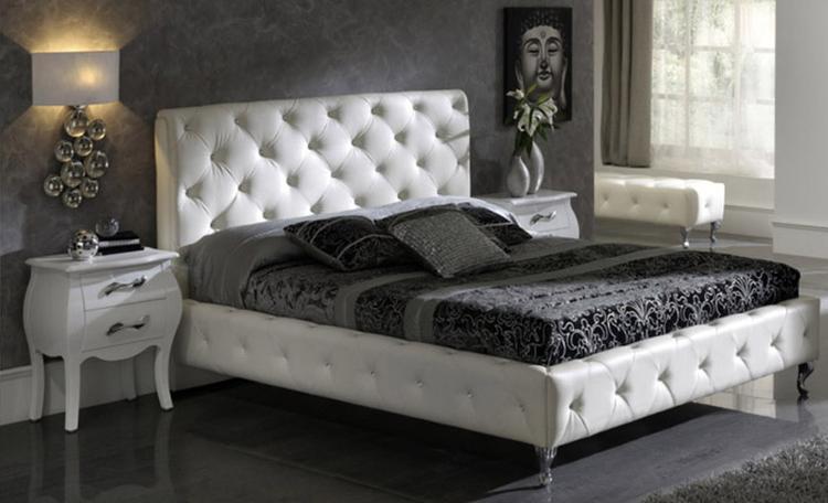 Chesterfield bed in landelijke slaapkamer. Het Chesterfield motief ...