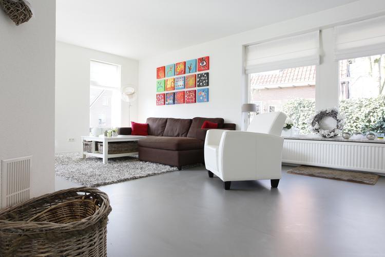 Gietvloer In Woonkamer : Gietvloer in woonkamer. grijze gietvloer in woonkamer. naadloos