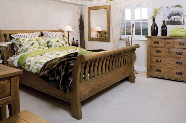 Robuuste slaapkamermeubels en bed. Mooie robuuste landelijke ...
