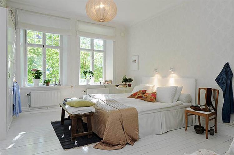 Witte Scandinavische slaapkamer. De witte houten vloer samen met het ...