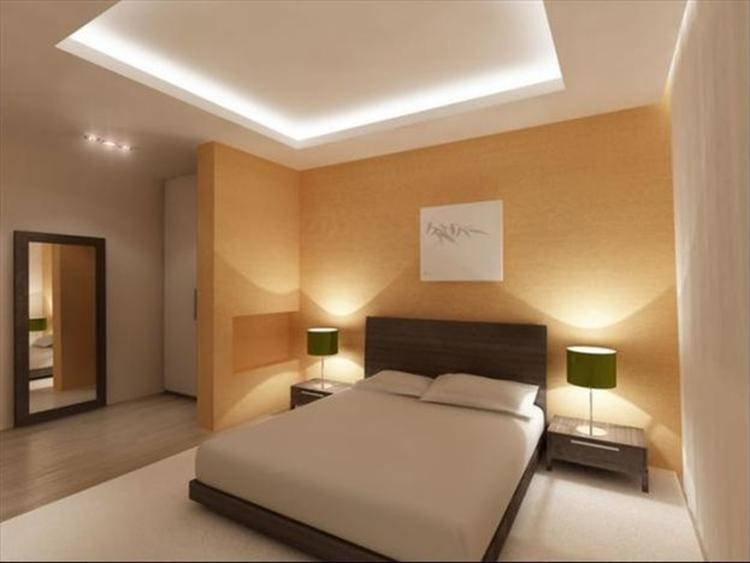 Slaapkamer met bijzonder verlichte plafond afwerking. . Foto ...