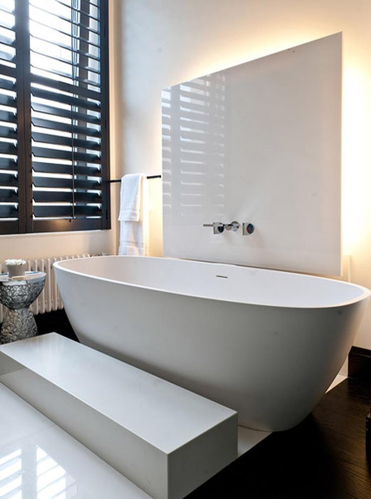 witte badkamer met donkere houten shutters. . Foto geplaatst door ...