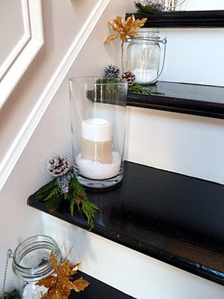 vazen met kaarsen op de kersttrap. . foto geplaatst door ietje op