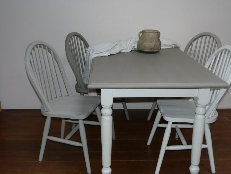 Tafel en stoelen beschilderd met drie tinten krijtverf van Annie ...