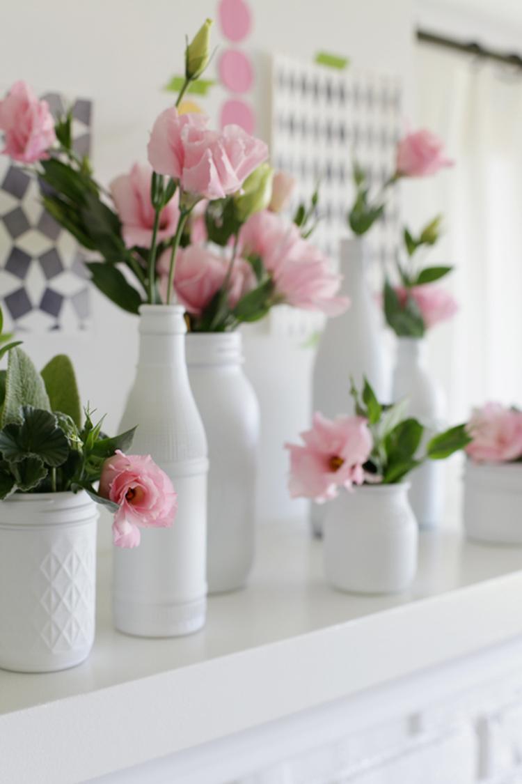 Spiksplinternieuw Verschillende witte vaasjes met bloemen. . Foto geplaatst door NS-91