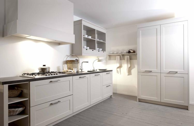 witte landelijke keuken, hoge kast. Foto geplaatst door jacmoors ...