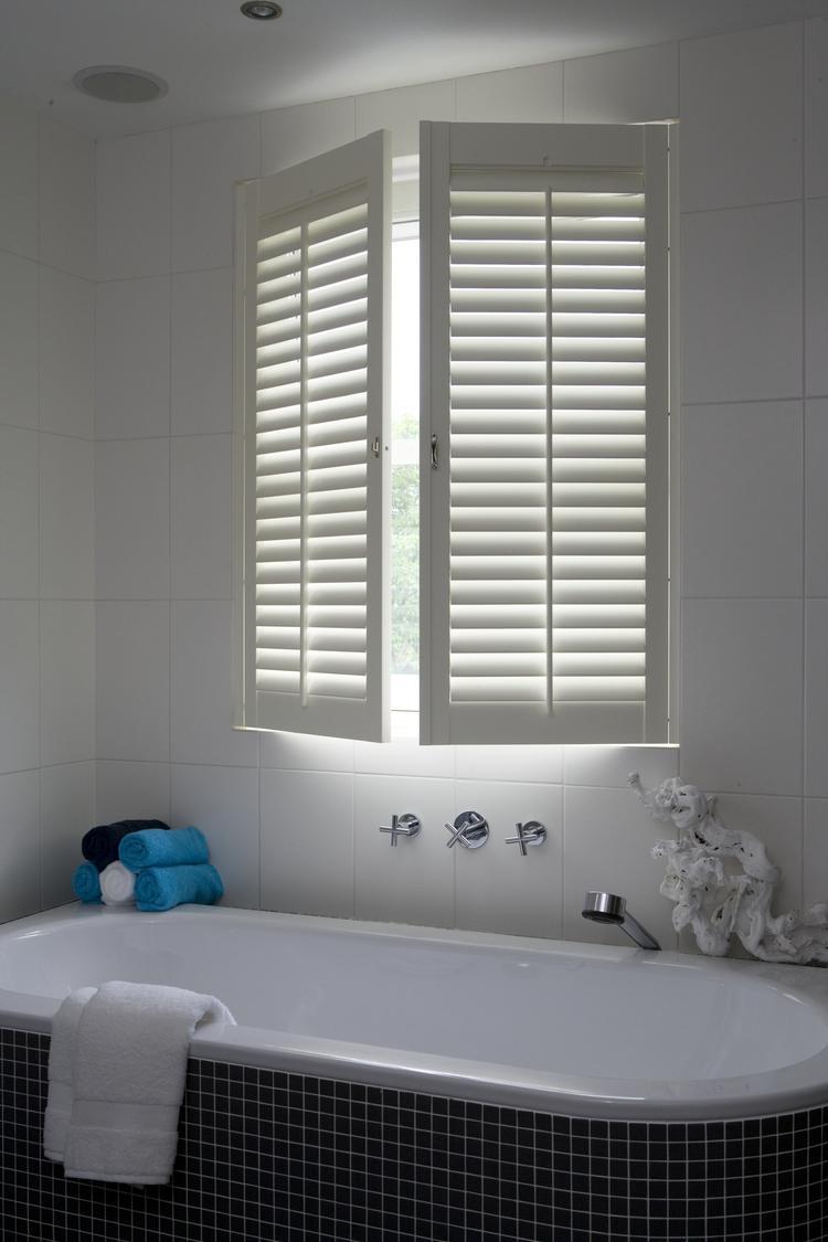 badkamer met luxe shutters van jasno. met houten shutters creëer, Badkamer