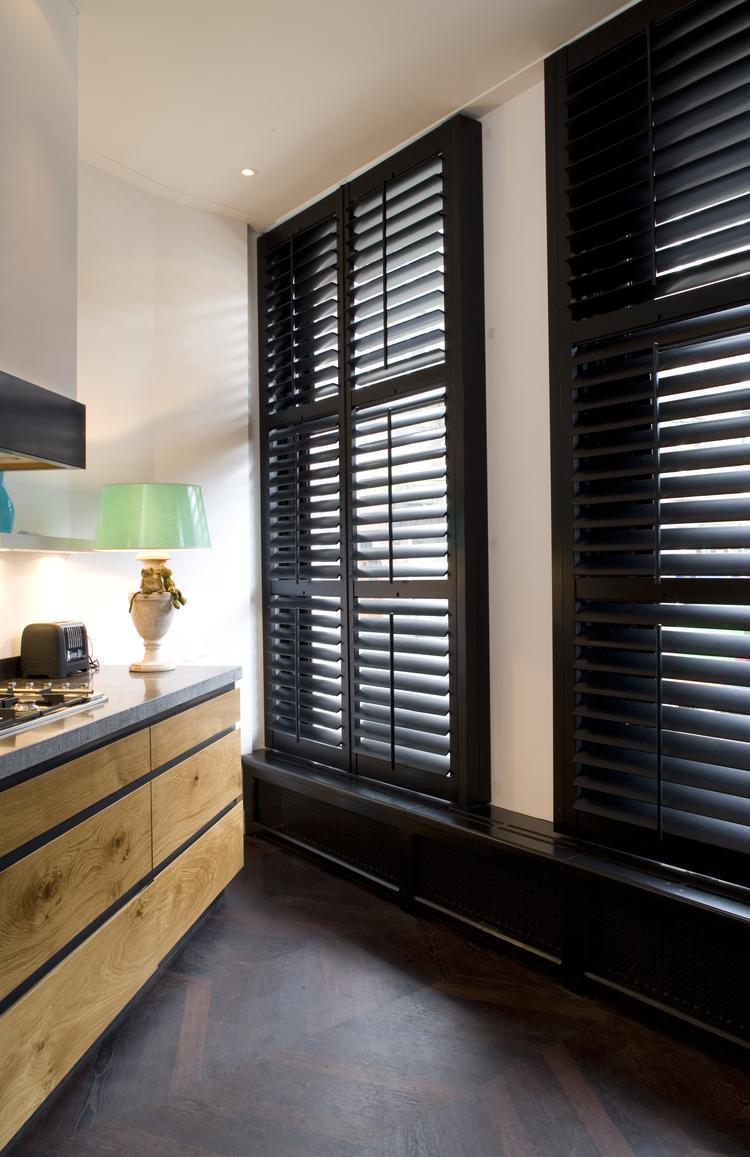 Zwarte shutters complementeren de houten keuken. Met shutters ...
