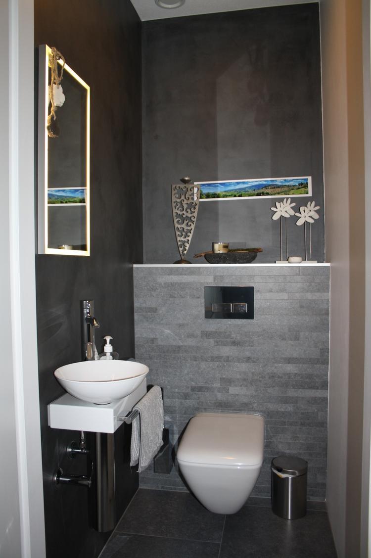 Gasten WC met grijze tegels, twee muren met DIVISORIO (betonlook) en ...