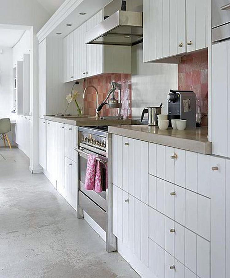 Wit met een tikje roze. landelijke keuken met een vleugje kleur ...