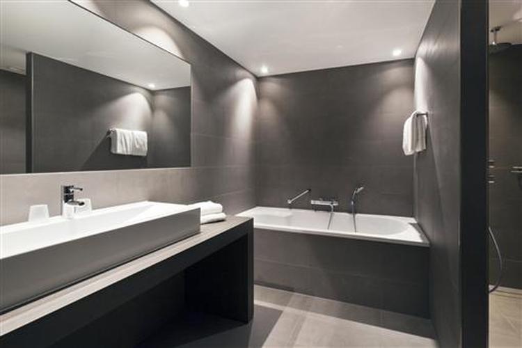 Mooie strakke badkamer. Vloertegels ook op de wand.. Foto ...