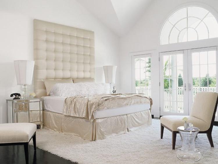 Rustige klassieke slaapkamer met spiegel-nachtkastjes! How amazing ...