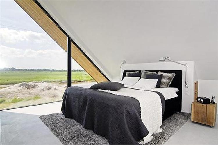 slaapkamer met grote ramen en schuin dak. Foto geplaatst door ...