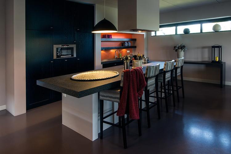 Moderne open keuken met kookeiland. . foto geplaatst door ...