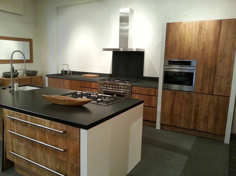 Teakhouten keukens in combinatie met granieten werkbladen boretti
