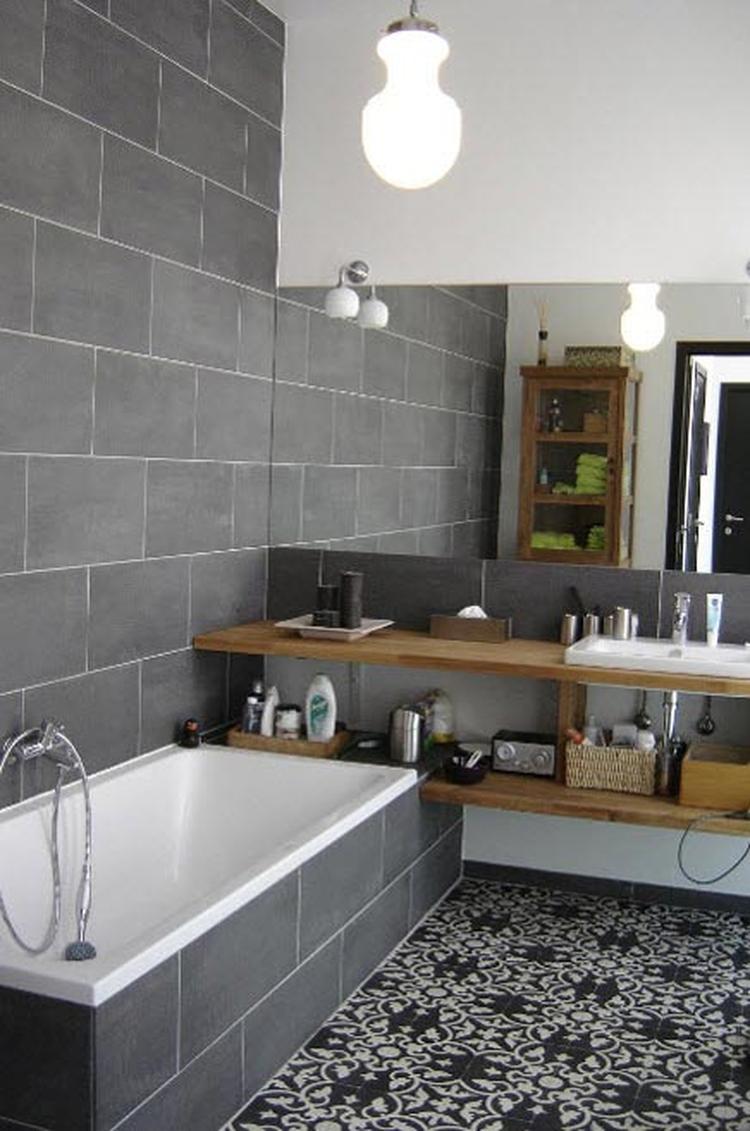Mooie badkamer met Portugese tegels op de vloer. . Foto geplaatst ...