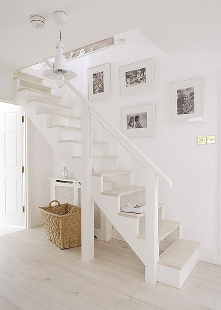 mooi voor de hal witte trap white wash vloer foto geplaatst