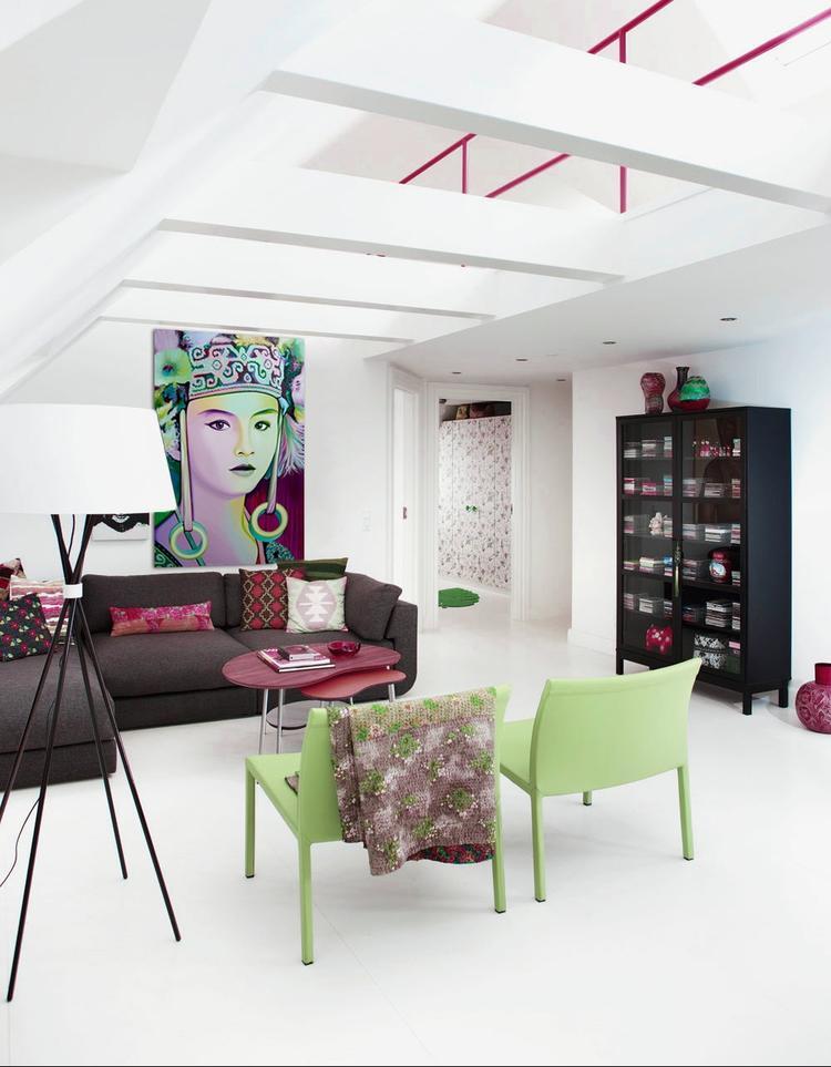 Artistiek wonen. Modern wit kleurrijk interieur. Met een paar ...